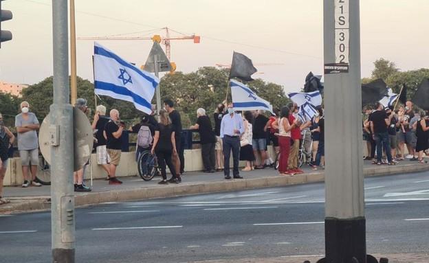 """מפגינים בגשר קק""""ל (צילום: N12)"""