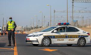 שוטר במחסום שהוצב באיילון בזמן הסגר (צילום: יוסי אלוני, פלאש 90)