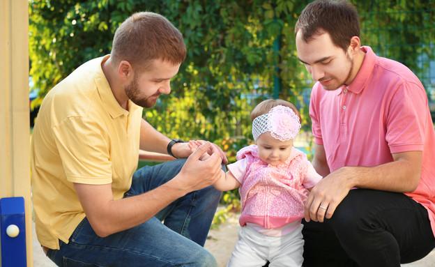 זוג הומואים עם ילד (צילום: Africa Studio, Shutterstock)
