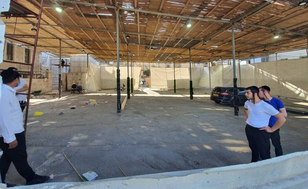 סוכות ענק שנבנו בשכונת מאה שערים בניגוד להנחיות (צילום: ניר גונטאז', הארץ)