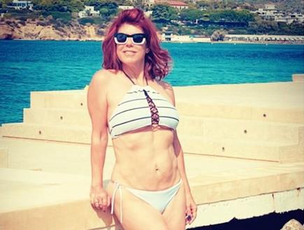בגיל 62: ג'ודי ניר מוזס חושפת ריבועים בבטן