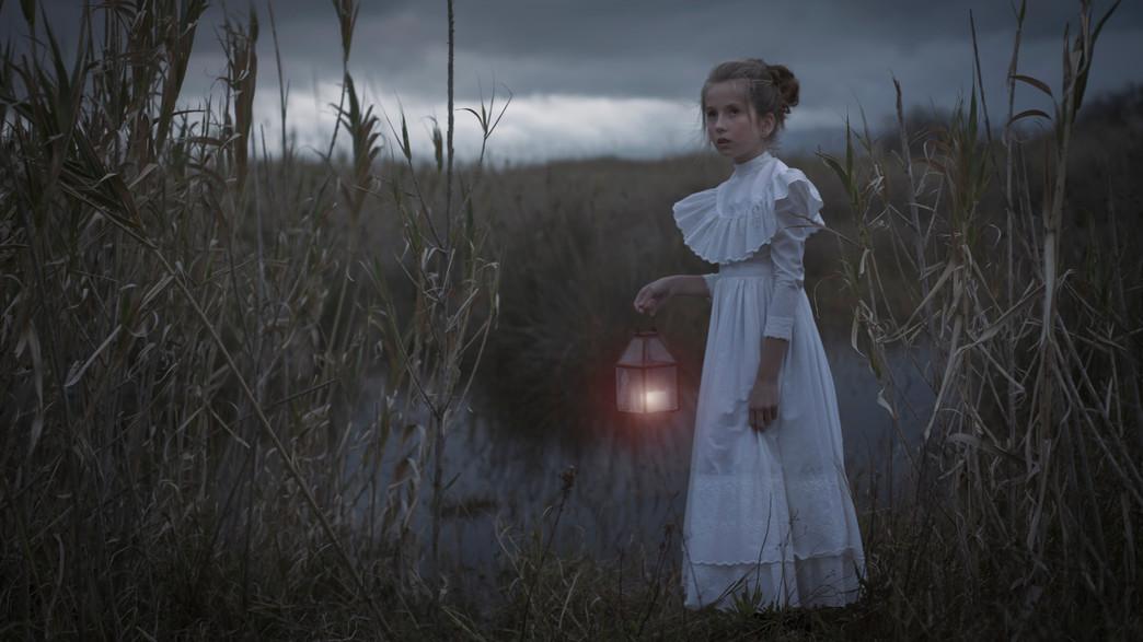 ילדה ביער (צילום: shutterstock)