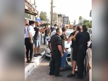 תיעוד: בעלי פיצוציה בהרצליה התעמתו עם שוטרים לאחר שקיבלו דוח על הפרת הנחיות הקורונה