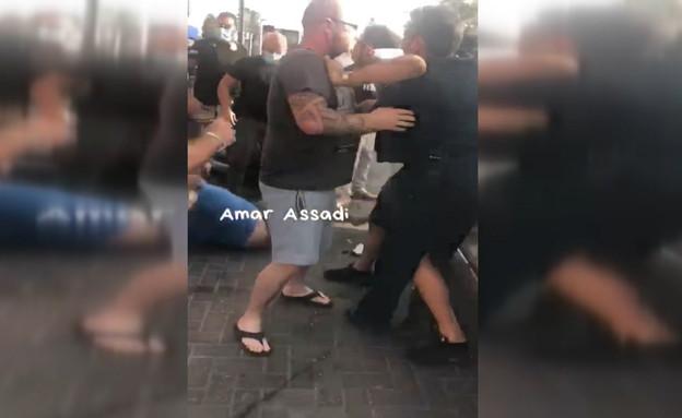קטטה אלימה בין שוטרים ובעל פיצוצייה שחשוד בהפרת התקנות