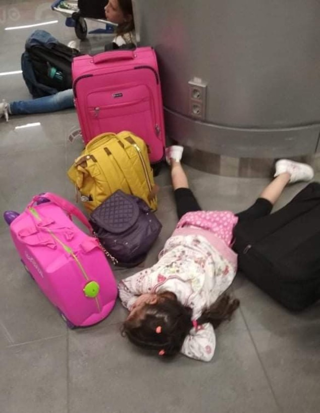 הבת של מאיה וולפסון נרדמת על רצפת שדה התעופה באודסה (צילום: אלבום משפחתי)
