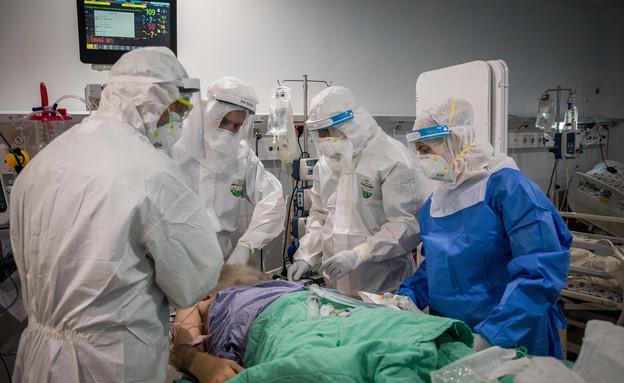 טיפול בחולה קורונה בבית החולים מעייני הישועה (צילום: נתי שוחט, פלאש 90)