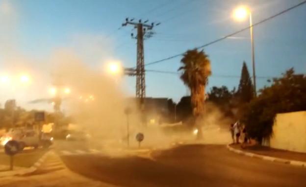 רכב ריסס גז לעבר מפגינים בפרדס חנה (צילום: הדגלים השחורים)