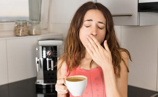 אישה עייפה שותה קפה (צילום:  Summersky, shutterstock)