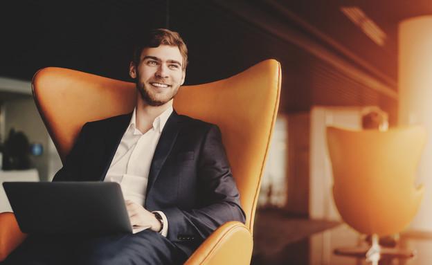 גבר יושב על כורסה (צילום: skyNext, shutterstock)