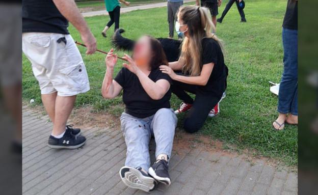 האשה שהותקפה בהפגנה ברמת החייל (צילום: פנינה כץ, N12)