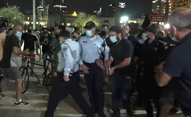 Clash with police in Habima Square (Photo: News 12)