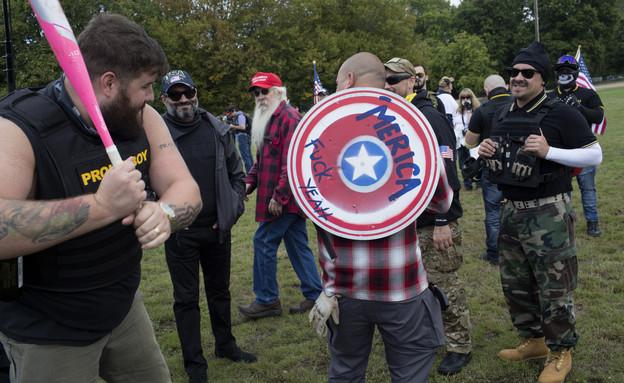 """חברי ארגון """"בנים גאים"""" בהפגנה בפורטלנד, 2020 (צילום: Andrew Lichtenstein/Corbis, Getty images)"""