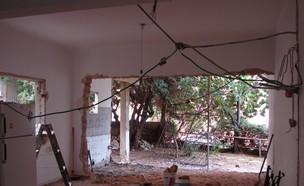 סלון תוך כדי השיפוצים- מוריס אלגזי (צילום: הילית כדורי)