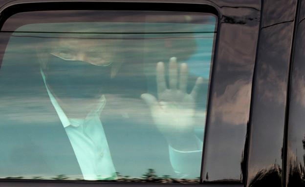 טראמפ יצא להודות לתומכיו מחוץ לבית החולים (צילום: רויטרס)