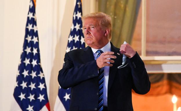 טראמפ מסיר את המסכה (צילום: reuters)