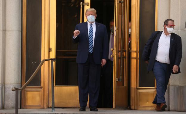 טראמפ יוצא מדלתות בית החולים (צילום: reuters)