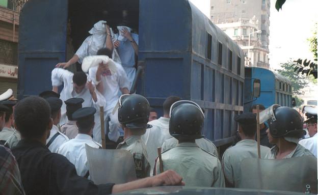 מעצר גברים החשודים בהומוסקסואליות, מצרים 2001 (צילום: Norbert Schiller, GettyImages)