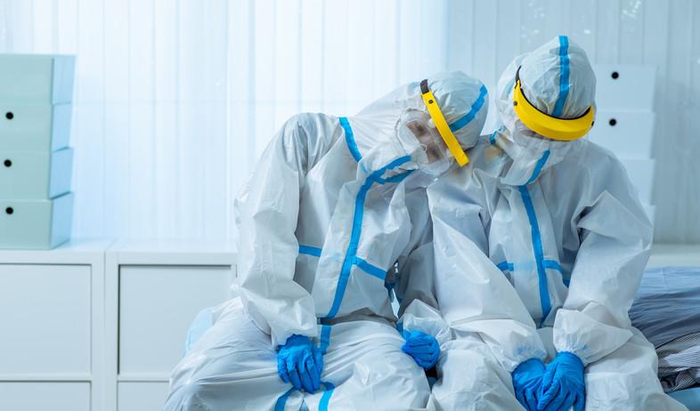 צוות רפואי עייף בציוד מגן בימי קורונה (צילום: 123RF)
