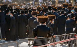 """התקהלות בהלווייה של האדמו""""ר פיטסבורג באשדוד (צילום: פלאש 90)"""