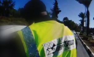 השוטר האתיופי שהוקף בקללות (צילום: החדשות 12)
