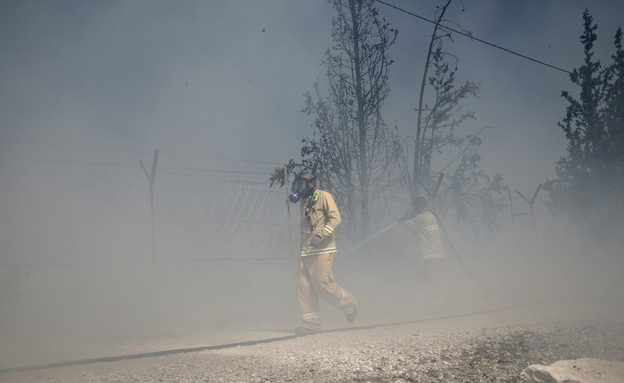 כבאים פועלים בשרפה שפרצה סמוך ליישוב בת חפר (צילום: פלאש 90, גילי יערי)