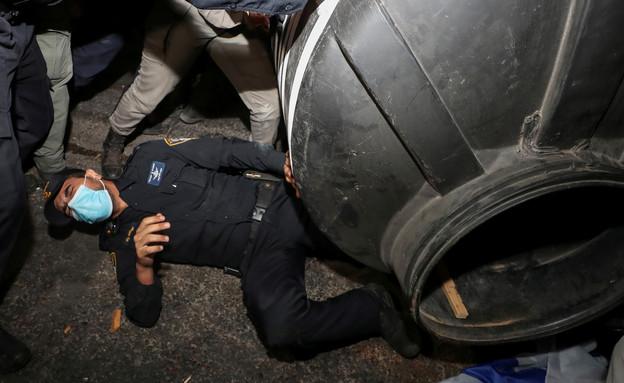 עימותים בהפגנות (צילום: רויטרס)
