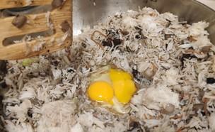 נועה מכינה ארוחת שאריות (צילום: אלון חן)
