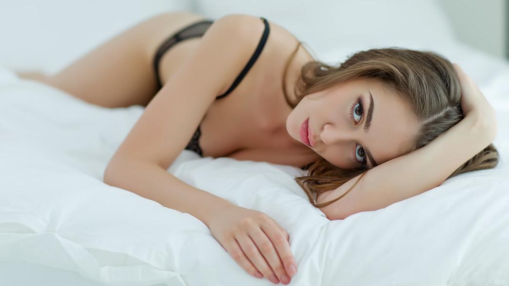 בחורה במיטה (צילום: shutterstock)