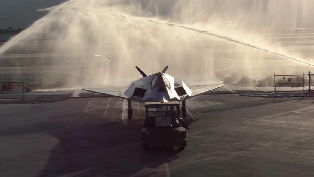 הטקס החגיגי (צילום: Palm Springs Air Museum, YouTube)