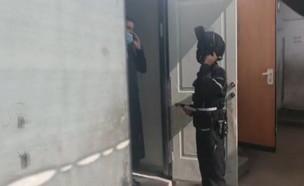 תיעוד של פשיטה של המשטרה על תלמוד תורה בבני ברק (צילום: N12)
