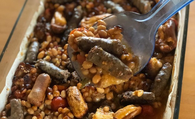 תבשיל שעועית ונקניקיות מוכן (צילום: רותם אלון, אוכל טוב)