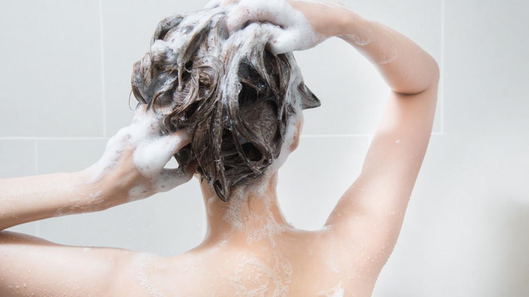 אישה חופפת את השיער (צילום:  Sahacha Nilkumhang, shutterstock)