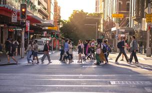 תושבים ברחוב (צילום: Natsicha Wetchasart, shutterstock)