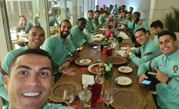 רונאלדו אוכל עם חבריו לנבחרת