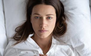 אישה במיטה, חרדה (צילום:  fizkes, shutterstock)