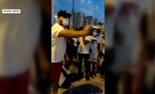 תיעוד: שולף גז מדמיע ומרסס לעבר מפגינים (צילום: חדשות)