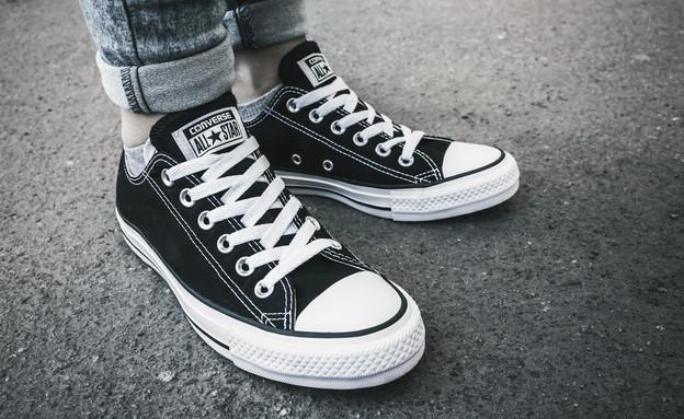 איים לרצוח מלצר בגלל שלא אהב את הנעליים שלו  (צילום: Evannovostro, Shutterstock)