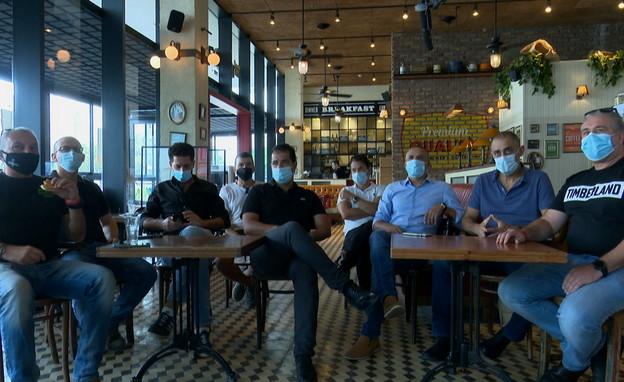 המילואימניקים שהתגייסו למען בית הקפה של חברם (צילום: N12)