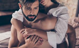 אישה מחבקת מאחור גבר עצוב (אילוסטרציה: Roman Samborskyi, shutterstock)
