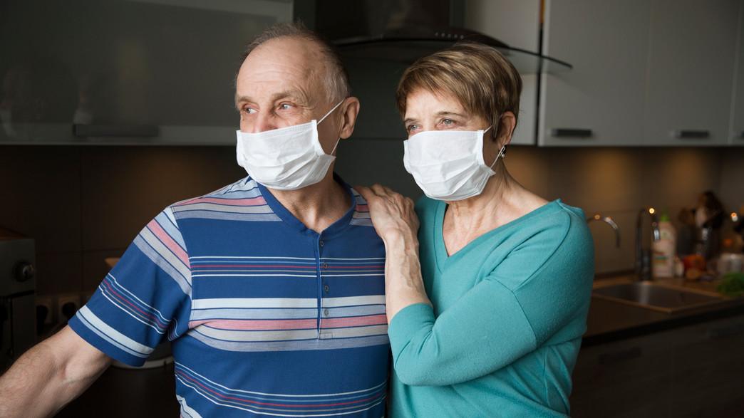 זוג מבוגר בעידן הקורונה עם מסכות (צילום: Ulza, shutterstock)