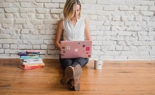 סטודנטית לומדת מרחוק (צילום: expresswriters, pixabay)