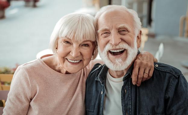 זוג מבוגר שמח גרנטולוגיה (צילום: Dmytro Zinkevych, shutterstock)