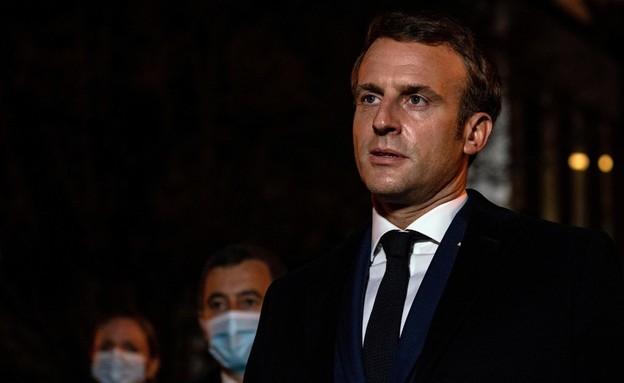 נשיא צרפת עמנואל מקרון בזירת הפיגוע (צילום: רויטרס)