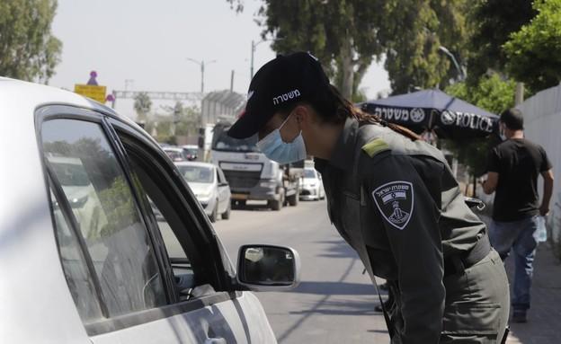 כוחות משטרה אוכפים את הסגר על לוד (צילום: איתן אלחדז/TPS)
