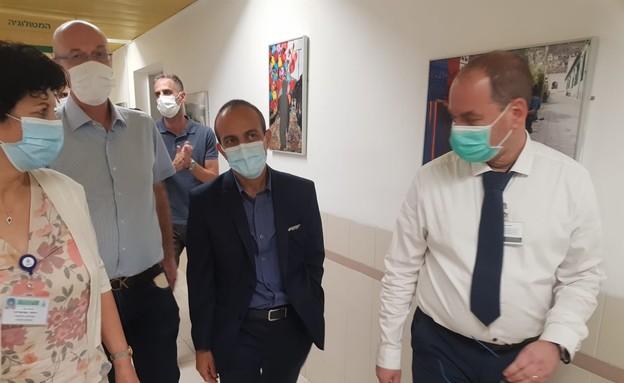 פרופ' רוני גמזו בביקר במרכז הרפואי בני ציון (צילום: המרכז הרפואי בני ציון)