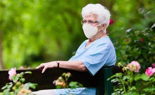 אישה מבוגרת עם מסכה (צילום: shutterstock By FamVeld)