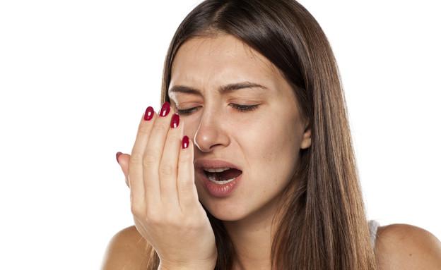 אישה בודקת ריח פה (צילום:  Vladimir Gjorgiev, shutterstock)