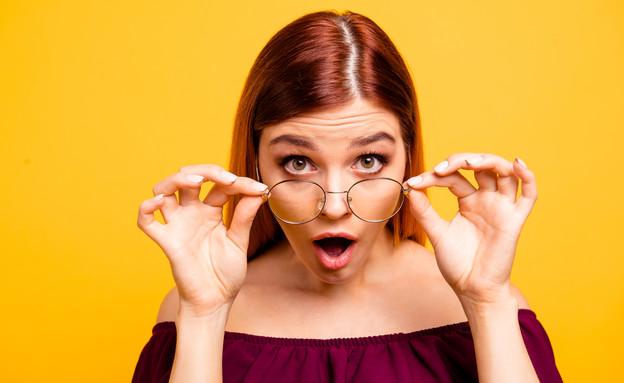 בחורה מופתעת עם משקפיים (צילום: Roman Samborskyi, shutterstock)