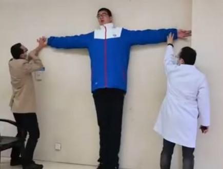בלתי נתפס: הכירו את הנער הגבוה ביותר בתבל