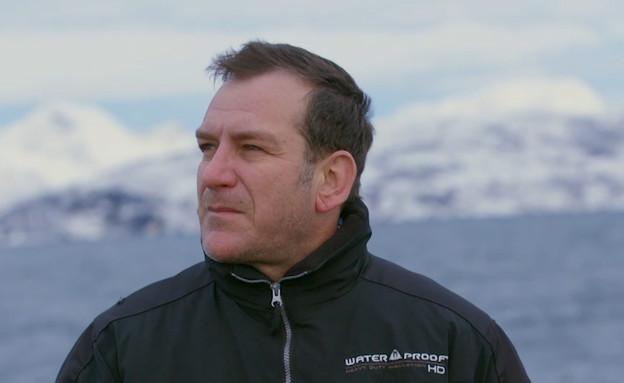 """דני קושמרו בלב ים (צילום: מתוך """"עד הקצה - לשחות עם לווייתן"""", קשת 12)"""